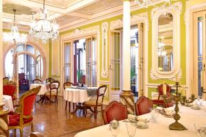 A restaurant or other place to eat at Palacete Chafariz Del Rei - member of Unlock Hotels