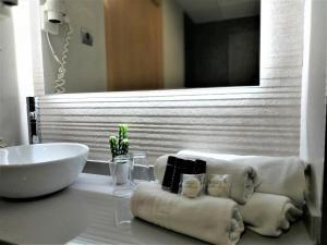 A bathroom at Hotel Bilbao Jardines