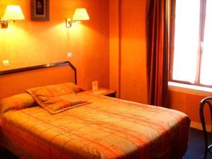 Een bed of bedden in een kamer bij Hôtel Beaunier