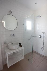 A bathroom at Argonauta Hotel