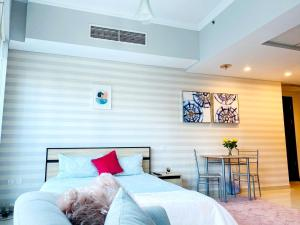 A bed or beds in a room at Luxury Studio Apartment With Full Dubai Marina Views
