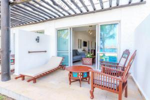 Een zitgedeelte bij Southern Palms Beach Resort