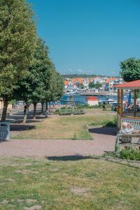En trädgård utanför Grand Hotel Marstrand