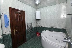 Um banheiro em Apartment in the city center by Time Group