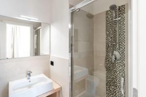 A bathroom at Hotel Delfino