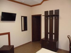 Телевизор и/или развлекательный центр в Hotel Kola