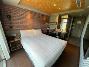A bed or beds in a room at City Suites - Kaohsiung Pier2