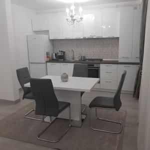 A kitchen or kitchenette at apartament de lux