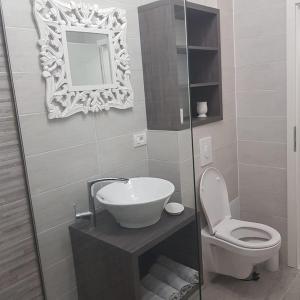 A bathroom at apartament de lux