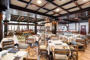 A restaurant or other place to eat at Melia Sierra Nevada
