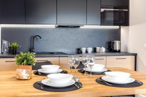 A kitchen or kitchenette at Apartamenty N7