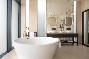 A bathroom at Jumeirah at Saadiyat Island Resort