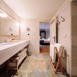 A bathroom at Quinta Nova Winery House - Relais & Châteaux