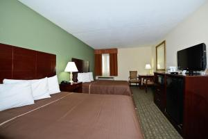 A bed or beds in a room at Howard Johnson by Wyndham Newark Airport