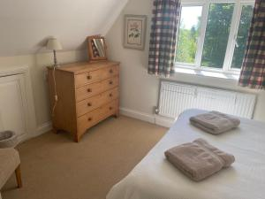 A bed or beds in a room at Far Hill Cottage