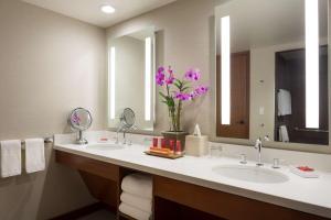 A bathroom at Hyatt Regency Maui Resort & Spa