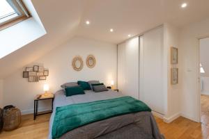 A bed or beds in a room at La Maison du Pont Rose