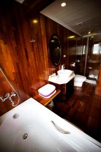 Phòng tắm tại Legend Halong Private Cruises - Managed by Bhaya Cruise