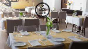 A restaurant or other place to eat at Monte Filipe Hotel