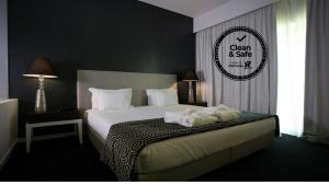 A bed or beds in a room at Monte Filipe Hotel