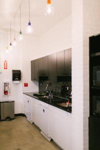 Kuchyň nebo kuchyňský kout v ubytování The Local NY