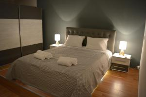 A bed or beds in a room at Cinema Zeus Studios - Spata - ATH Airport