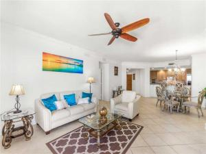 A seating area at Sand Pearl 1406, 2 Bedrooms, Diamond Rated, Pool, Gym, Sleeps 6
