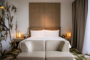 A bed or beds in a room at Crowne Plaza Changi Airport (SG Clean), an IHG Hotel
