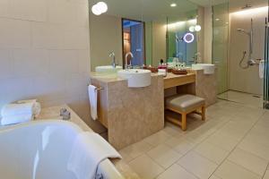 A bathroom at Crowne Plaza Changi Airport (SG Clean), an IHG Hotel
