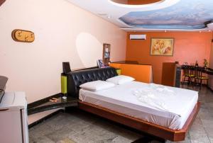 Cama ou camas em um quarto em Emoções Motel (Adult Only)