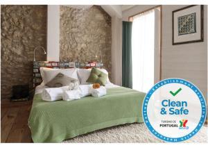 Uma cama ou camas num quarto em My Bairro Alto Suites