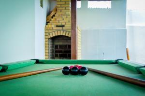 A pool table at Hotel Recanto da Costeira