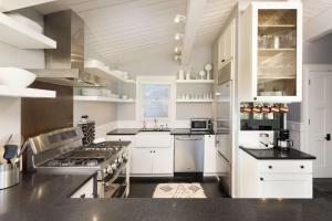 A kitchen or kitchenette at Shadow Mountain 13