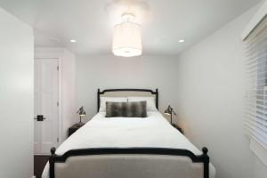 A bed or beds in a room at Shadow Mountain 13