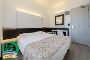 A bed or beds in a room at Hotel Ambasciatori
