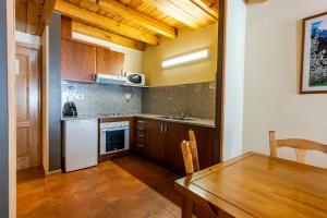 A kitchen or kitchenette at Apartaments Sant Moritz