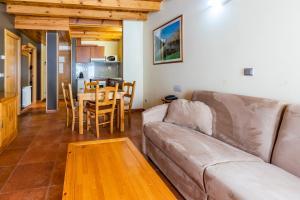 A seating area at Apartaments Sant Moritz