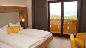 A bed or beds in a room at Ferienhotel Hofer superior