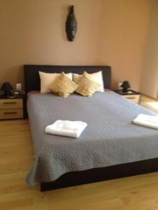 A bed or beds in a room at La Cer