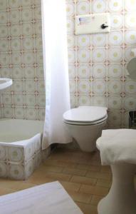 A bathroom at Pension Hotel Mariahilf