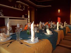 Ein Restaurant oder anderes Speiselokal in der Unterkunft Ferienhotel Wolfsmühle