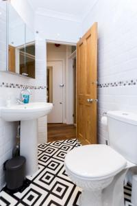 A bathroom at Caledonian Bright One-Bedroom Apartment with Private Decked Garden