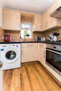 A kitchen or kitchenette at Caledonian Bright One-Bedroom Apartment with Private Decked Garden