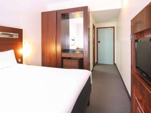 A bed or beds in a room at Ibis World Trade Centre