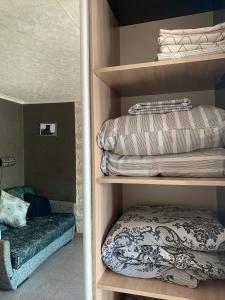 Двухъярусная кровать или двухъярусные кровати в номере Apartaments Tornades