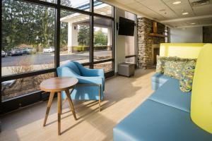 A seating area at Hampton Inn Clarks Summit