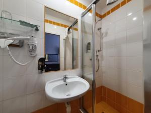 A bathroom at Royal Plaza