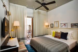 Een bed of bedden in een kamer bij Market House - An Atlas Boutique Hotel