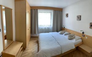 A bed or beds in a room at Garnì Tobià