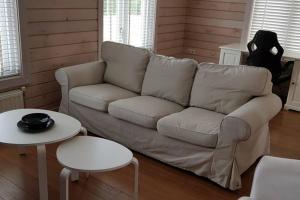 Een zitgedeelte bij The Blue House - Luxurious Waterfront Villa Zeewolde